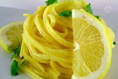 I tagliolini al limone sono un primo piatto molto semplice e veloce da preparare: il tempo di cottura della pasta e pochi altri gesti in più!