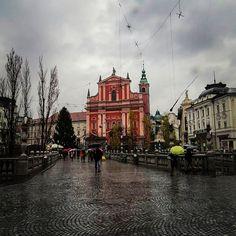 🌍 Liubliana - Eslovênia  A capital da Eslovênia, Liubliana (ou Ljubljana) é uma cidade bem pequena e charmosa, com um grande potencial turístico e que o explora muito bem. A população da cidade é muito solícita e trata muito bem os turistas, além de oferecer um excelente serviço em restaurantes, lojas e nas atrações, com um preço satisfatório.  Devido ao tamanho da cidade, é possível conhecer todos os seus atrativos turísticos em apenas um dia, percorrendo tudo com calma e ainda fazendo…