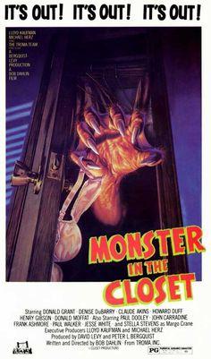 FILME: O Monstro do Armário SINOPSE: Depois de várias pessoas e um cão serem achados mortos em seus respectivos armários, uma repórter, seu filho e dois professores resolvem descobrir que mistério está por trás dessas mortes.