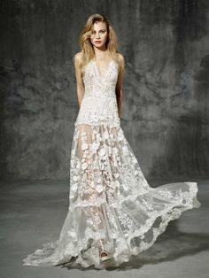 Boho folk wedding dress. The freshness of natural fibers mixed with an exquisite design turns it into the ideal beach wedding dress for a modern bride. V-neck wedding dress made of silk tulle decorate