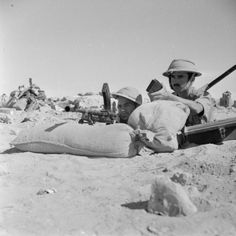 SECOND WORLD WAR 1939 - 1945 NORTH AFRICA (E 19283)   Greek troops( ?) manning Bren guns in a forward position.