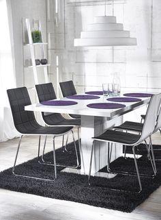 BRICK-ruokapöytä ja 6 TONE-tuolia. Tuolin istuimessa musta keinonahkaverhoilu ja korkeakiiltovalkoinen taivuterunko, kromatut metallijalat.