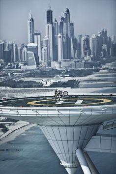 Dubai, Vereinigte Arabische Emirate, 11. April 2012:  Der Spanier Dany Torres zeigt auf seiner Motocross-Maschine auf der Hubschrauberplattform des Hotels Burj al Arab in Dubai 200 Meter über dem Boden Showeinlagen. Die Fahrer der Red Bull X-Fighters World Tour tragen in der Hauptstadt der Vereinigten Arabischen Emirate ihren ersten Wettkampf aus.