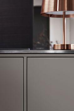 I dette kjøkkenet er det kjøkkenøya som er i fokus. Vi har blandet kontrasterende materialer og farger – varmt grå, børstet rustfritt stål og myke, beisede treflater. Varmgrå kjøkkenø - System 10 Bistro | Drømmekjøkkenet