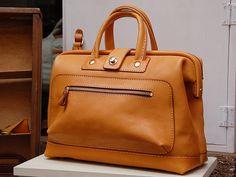 ふんわり口枠ボストンバッグ(V-39)は普段使いできるこぶりなボストンバッグです。「HERZ(ヘルツ)公式通販」 Leather Bag made in Japan.