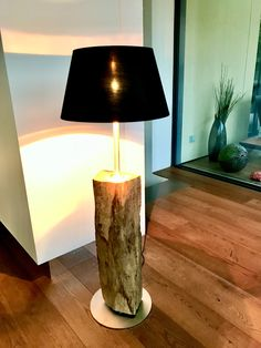 Einzigartige Stehleuchte aus einem alten Eichenbalken und schwarzem Lampenschirm, Innenseiten ist Gold. Table Lamp, Lighting, Gold, Home Decor, Unique, Oak Tree, Lamp Table, Table Lamps, Lights