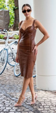 Olivia Culpo paired a chic beige PVC dress with tortoise shell sunglasses for a photocall in Cannes. Fashion Moda, 70s Fashion, Modest Fashion, Fashion Outfits, Tokyo Fashion, Fashion Vintage, Winter Fashion, Olivia Culpo, Leder Outfits
