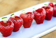 Des jello shots servis dans des fraises à absolument essayer cet été