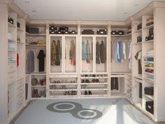 На фото: П-образная бежевая гардеробная изготовленная на заказ