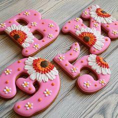 В условиях жесткого цейтнота, такие заказы кажутся просто раем  Вжих-вжих и готово  А совсем недавно я говорила, что герберы мне надоели  Но это не значит, что я беру заказы! Этот заказ сделали заблаговременно, в октябре! 〰〰〰〰 Все буквы  можно посмотреть здесь #gbvika_буквы  〰〰〰〰 #имбирныепряники #пряники  #козули #сладкийстол #candybar #cookies #казахстан #pvl  #love