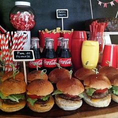 Result of decoration image of tables for adult parties 50s Theme Parties, 13th Birthday Parties, Grease Themed Parties, Hollywood Birthday Parties, Burger Party, Pin Up Party, Movie Night Party, Diner Party, Bbq Party