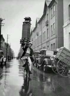 A delivery boy for a Tokyo Restaurant carries a tray of Soba Bowls pic.twitter.com/uJVMPcuBDH