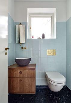 I Fruens Bøge ved Odense har en familie istandsat en funkisvilla fra 1937. Det er gjort med stor respekt for den oprindelige stil, samtidig med, at der er blevet plads til familiens egne ønsker til en moderne bolig.