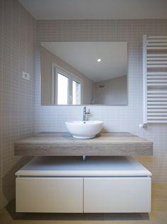 Muebles suspendidos en baños pequeños. Muebles para baño de madera.