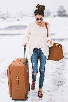 Um dos momentos mais difíceis de manter o estilo é na hora de viajar, o conforto tem que vir acima de tudo e na maioria das vezes estilo e conforto não andam juntos!  Mas para provar que isso é é um mito, separei várias fotos lindas de looks para você usar no aeroporto, no avião e onde mais quiser!  aerolook, looks, aeroporto, o que vestir, como usar, roupas pra avião, nah cardoso, camila coelho, thassia naves, luisa accorsi, chata de galocha