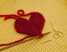 Мастер-класс по вязанию на спицах подставок под чашки «Сердце»