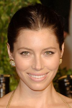 BRONZED GLOW    Jessica Biel's flawless face is perfectly dewy and radiant. See how to get her bronzed look with Flor's tips:     Step 1: Apply a lightweight foundation to the center of your face and blend outward with fingertips to create a natural finish. To make sure you get a dewy finish, dilute your foundation by mixing in some of your primer.   Step 2: Apply concealer to your under-eye area and on any skin imperfections. Make sure to use color-correcting concealer on any redness around…