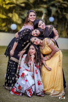 Friend Poses Photography, Indian Wedding Photography Poses, Girl Photo Poses, Girl Poses, Indian Bridal Photos, Foto Fun, Stylish Photo Pose, Bridal Photoshoot, Indiana