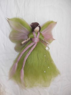 Kinderzimmerdekoration - Schutzfee aus Märchenwolle - ein Designerstück von sommerli bei DaWanda Diy Arts And Crafts, Felt Crafts, Felt Angel, Wool Dolls, Needle Felting Tutorials, Felt Fairy, Fairy Figurines, Flower Fairies, Fairy Dolls