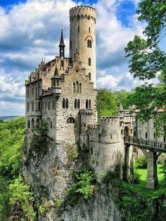 Schloss Lichtenstein, Zwarte Woud Germany !! Le château de Lichtenstein est un château du XIIIᵉ siècle situé sur l´Albtrauf au-dessus de la commune de Lichtenstein, en Allemagne. On l´appelle aussi le château de contes de fées des Wurtemberg. Wikipédia