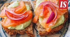 Siken marinoitu punasipuli ja avokadotahna kruunaavat leivän kuin leivän.