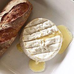 Temps pluvieux et froid glacial .. Le Camembert de Normandie est de sortie pour réchauffer nos cœurs ! 😌 ❄️ ⠀ _ ⠀ Rainy weather and freezing cold... The Camembert from Normandy is out to heat up our hearts ! 😌 ❄️