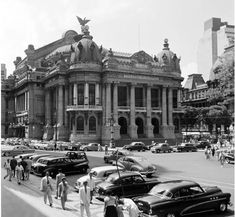 Praça Floriano Nossa cidade já foi muito diferente, não resta dúvida. O aspecto das ruas, menos gente, o modo de vestir, chamam a atenção.  Havia grandes problemas de infraestrutura mas não a selvageria que testemunhamos hoje em dia.