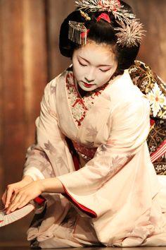 """Maiko (apprentice geisha) ~ Miks' Pics """"Japan l"""" board @ http://www.pinterest.com/msmgish/japan-l/"""