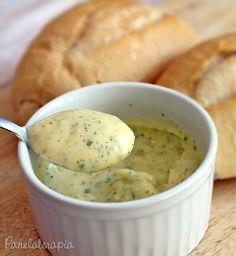 Pão de Alho: 1 colher (sopa) de manteiga amolecida, 1 colher (sopa) de maionese,1 colher (café) de pasta de alho, 1 colher (café) de salsinha,1 pitadinha de sal Misture tudo até virar um creme. Corte os pães sem separar as fatias e espalhar, embrulhar em aluminio.