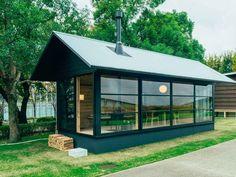 La bonne idée du jour : la maison Muji en kit à partir de... - Grazia.fr Modern Tiny House, Small House Design, Prefabricated Houses, Prefab Homes, Maison Muji, Muji Hut, Mid Century Landscaping, Micro House, Minimal Home