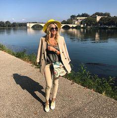 Week end!  @andotherstories jacket @oysho top @zara jeans @wearlemonade pour monoprix ( new co) @goldengoosedeluxebrand sneakers @maisonvalentino bag