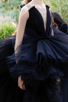 Giambattista Valli Alta Costura Otoño-Invierno 2017-2018, París. Reinaban vestidos y flores, las modelos  parecían un mini jardín precioso lleno de colores, luz y frescura Zapatos con plataforma y vestidos mini - una combinación popular de Giambattista que siempre se incluye en las colecciones. #coleccion #desfile #altacostura #semanadelamoda #paris #blog #fashion #fashionblog #collection #luxury #style #designer #design #details #hautecouture #fashionweek #giambattistavalli