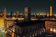 Bologna di sera...(foto di Luciano Bovina) Bologna Italy, Italy Art, Willis Tower, Italy Travel, Tuscany, Ontario, Journey, Europe, Landscape