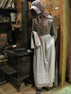 Pioneer women always wore aprons. Nowadays you hardly see anyone wearing an apron. Pioneer Trek, Pioneer Day, Pioneer Life, Pioneer Woman, Pioneer Games, Trek Ideas, Pioneer Clothing, 1870s Fashion, Victorian Fashion