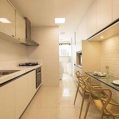 Cozinha sofisticada e clean com revestimento Diamante da @ceramicaportinari! #suacasanaprovence #revestimento #ceramicaportinari #cozinha E Design, Provence, Ceiling Lights, Kitchen, Table, Furniture, Bathroom, Home Decor, Kitchen Living