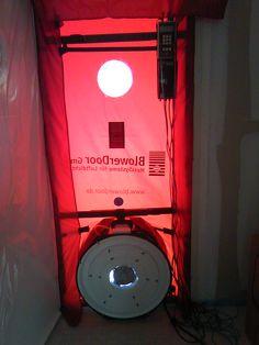 On installe à la place de la porte principale cette porte gonflable qui rend étanche l'ouverture et permet d'insuffler ou d'aspirer de l'air selon les tests à effectuer