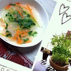 battymama 先日ご紹介したねぎ同様、窓際で豆苗なるものを栽培しています~☆  お店で野菜を買った時、根っこなんか付いてたりしたら ついつい育てたくなってしまう~(* ̄∇ ̄)ノ ♪  豆苗は、グリンピースの芽なんだけど、生で食べるとちと葉っぱくさい~★  …で  今日はスープに入れてみました~\(^o^)/ - 4件のもぐもぐ - 豆苗の春雨スープ~☆battymamaの晩ごはん~☆5/27☆ by battymama