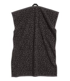 Schwarz. Handtuch aus Baumwollfrottee mit jacquardgewebtem Leopardenmuster…
