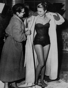 1962 Hasta en traje de baño en 1962, Grace marcaba tendencia. para este verano ya hemos visto bañadores así de todas las firmas de moda.
