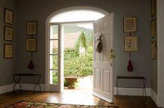 O hall de entrada ganhou quadros laterais à porta chamados de Les Herbiers. Adquiridos em leilão, as peças são originais de famílias que antigamente tinham o costume de catalogar em livros as plantas existentes em seus jardins (Foto: Divulgação)