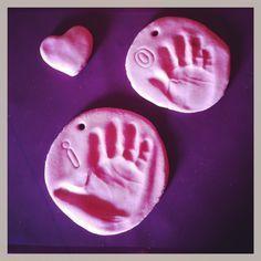 DIY empreintes des enfants en pâte à sel http://lareinedeliode.com/atelier-pate-a-sel/