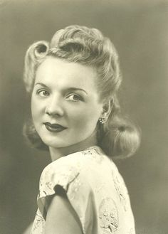 """A beautiful example of 1940s hairstyle....she reminds me of Kim Cattrall , """"Samantha Jones"""" from Sex and the City show."""