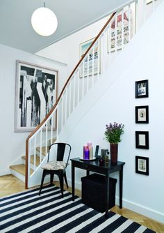 Black and white rug - love Apartment Entryway, Entryway Decor, Foyer, Flylady, House Stairs, House Entrance, White Rooms, Awesome Bedrooms, My Dream Home