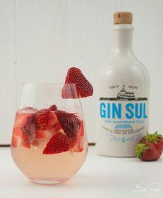 Ein köstlicher Absacker mit zwei meiner Lieblingszutaten in Cocktails: Erdbeeren und Gin. Sehr fruchtig und einfach lecker.
