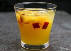 Sangría de sidra #receta #recetasMycook Shot Glass, Drinks, Tableware, Modern Lamps, Club, Cocktail, Apple Pucker Drinks, Cake Mix Cobbler, Cocktails