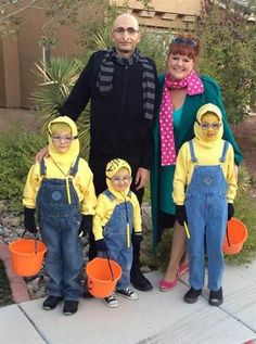 19 of the cutest family theme costumes for Halloween Do you speak Minion?: The more minions, the better. Leslie Taylor Sullivan shows us three, along with Gru (love the nose and scarf) and Lucy. Halloween 2018, Family Themed Halloween Costumes, Gru Costume, Matching Halloween Costumes, Looks Halloween, Baby Boy Halloween, Baby Halloween Costumes For Boys, Minion Costumes, Halloween Costume Contest