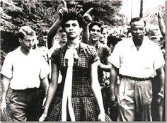 1957 - DOROTHY COUNTS: no dia 4 de setembro, seu primeiro dia de aula na Universidade de Harry Harding, na Carolina do Norte, a primeira estudante negra admitida numa escola pública americana (de brancos), foi hostilizada por centenas de alunos que acompanharam sua chegada: jogavam coisas em sua direção, faziam gestos obscenos. Dorothy se manteve firme, altiva e calma, caminhando sem reagir. Depois de quatro dias de ameaças, desistiu. Mas seu gesto foi importante para os Direitos Civis.