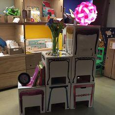 ¿Sin sitio en #casa? Crea una #estantería con taburetes de cartón y utilízalos como banquetas cuando tengas invitados (aguantan 200kg!) #decoracion #ideas #deco #casaspequeñas #util #hosten