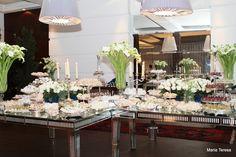 A mesa de doces tinha so o tom das flores brancas pois o colorido era so dentro da festa