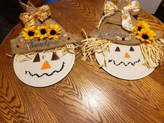 Pizza pan scarecrows Thanksgiving Crafts, Thanksgiving Decorations, Fall Crafts, Halloween Crafts, Holiday Crafts, Crafts For Kids, Diy Crafts, Dollar Tree Decor, Dollar Tree Crafts
